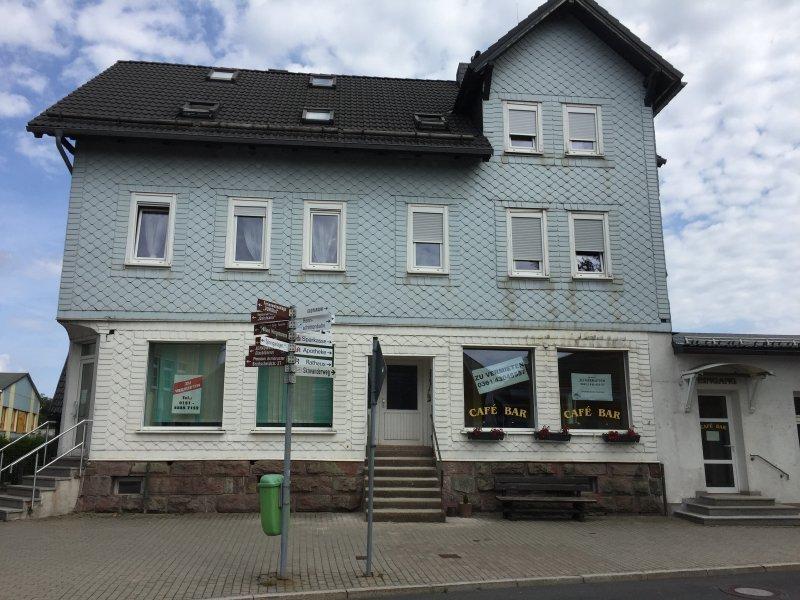typisches Haus in Oberhof am Rennsteig. Mit künstlichen Schindeln gedeckt, die von Haus zu Haus in unterschiedlichen Farben gestrichen sind.