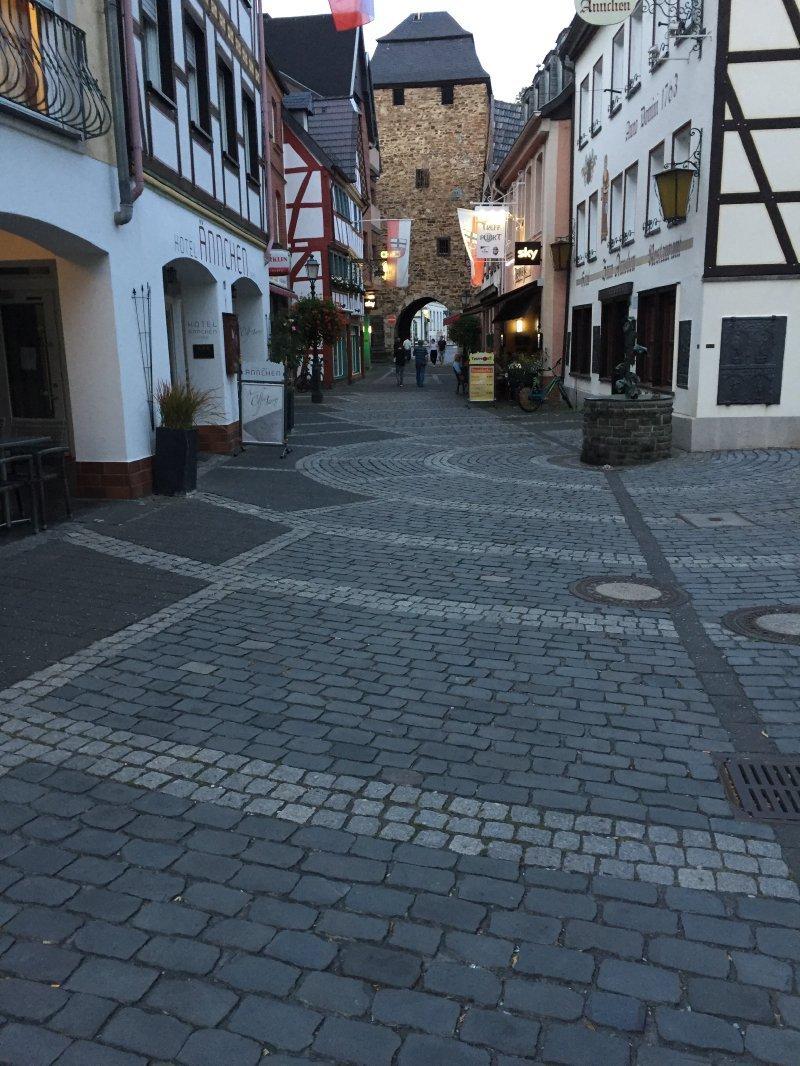 Ahrweiler, Altstadt, kopfsteingepflastertes Sträßchen in der Fußgängerzone.
