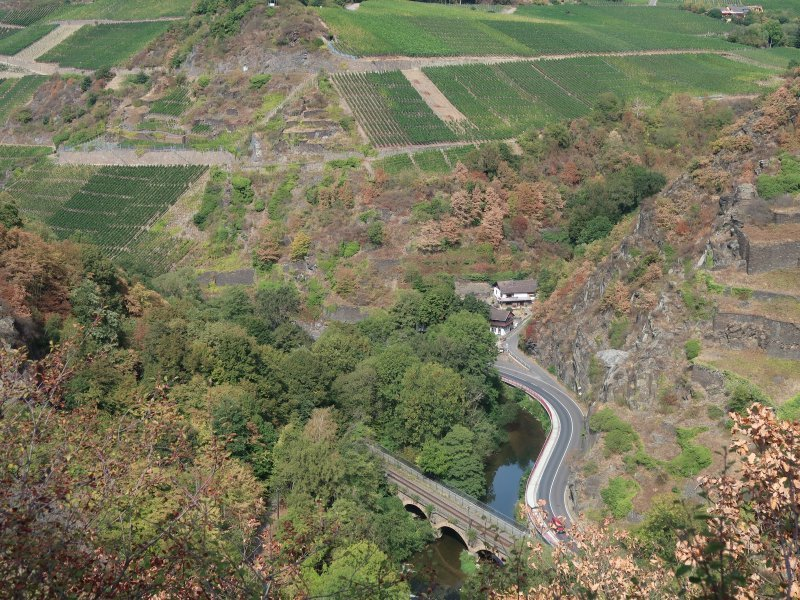 Vor mir im Tal sind die Bahnlinie, der Fluss und die sich durch das Tal windende Straße zu erkennen