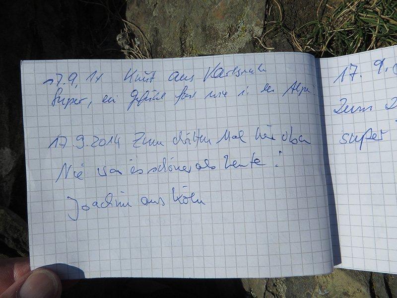 Ein neues Gipfelbuch auf der Engelslay hoch über dem Ahrtal, ein neues Heft, ein neuer Eintrag