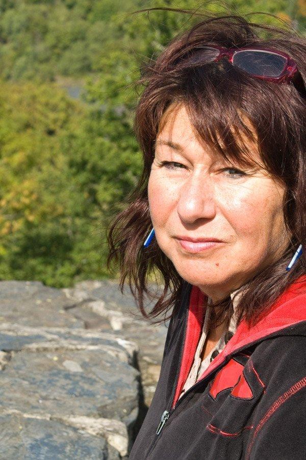 Das Bild zeigt meine Schwester während der Wanderung auf der Traumschleife Hahnenbachtal