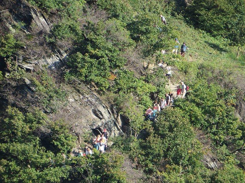 Ein Blich zum gegenüberliegenden Hang, ein Wanderweg mit vielen Menschen: der Rotweinwanderweg im Ahrtal