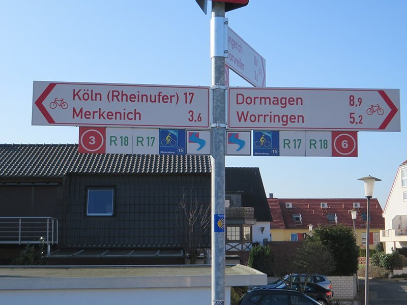Straßenschild am Wanderweg: Richtung Köln noch 17 km