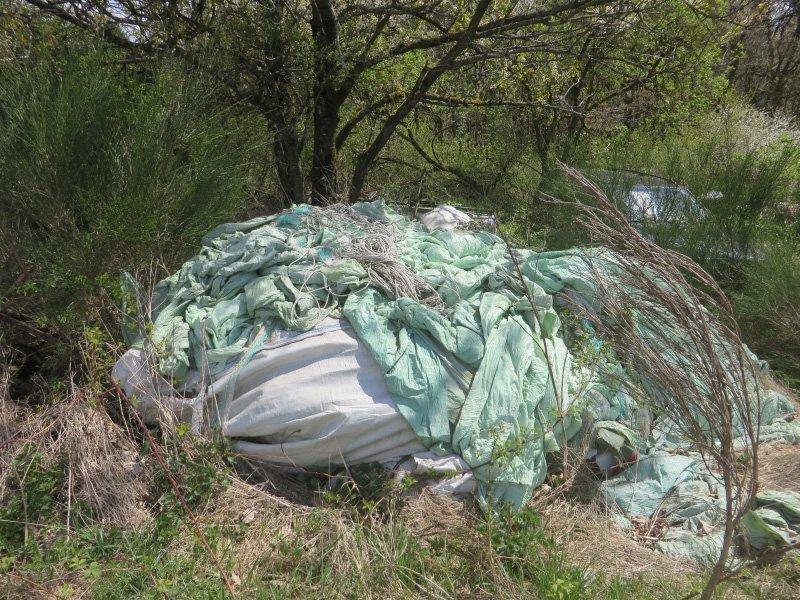 Plastikplanen, Kunststoffnetze und etliches mehr am Waldrand