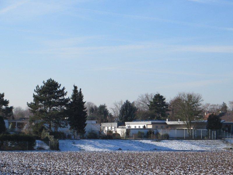 Der kleine Vorort Weiß macht seinem Namen Ehre, denn Wiesen und Häuser sind mit Schnee bedeckt.