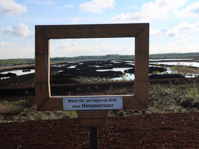 Ein Panoramarahmen, beim Blick hindurch erkennt man die einzelnen Felder, in denen eines der Torf abgebaut wurde.