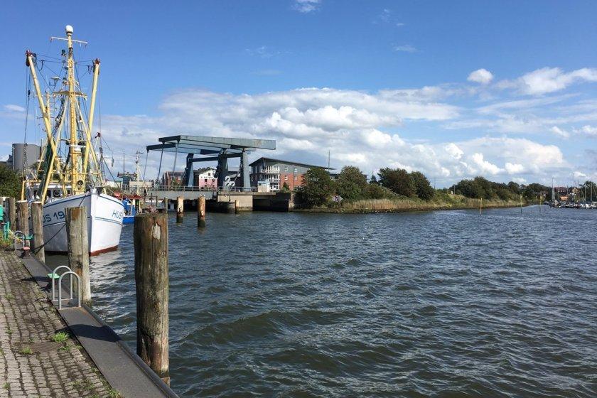 Husum, graue Stadt am Meer, der Hafen, blauer HImmel, weiße Wolken