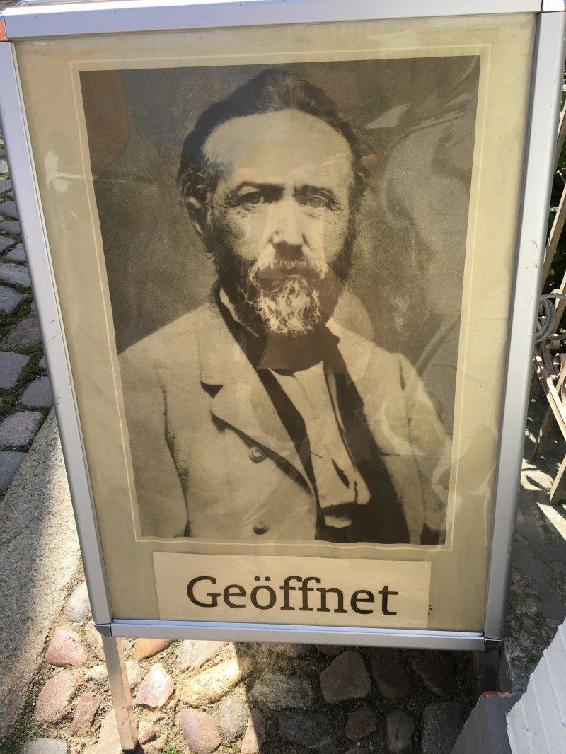Bild am Eingang zum Theodor-Storm-Haus mit dem Foto des größten Dichters Schlesewig-Holsteins