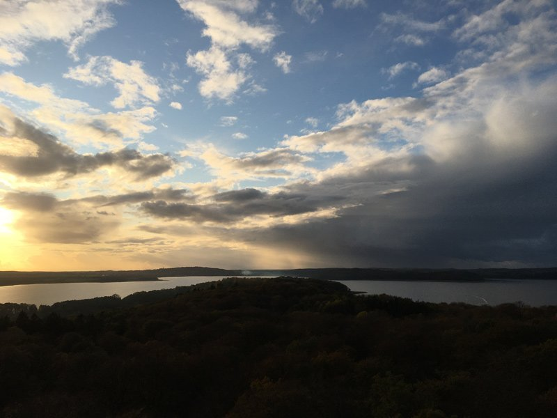 Wandern auf Rügen: Das bedeutet auch traumhafte Stimmungen wie hier: Sonnenuntergang über dem Bodden im Gegenlicht.