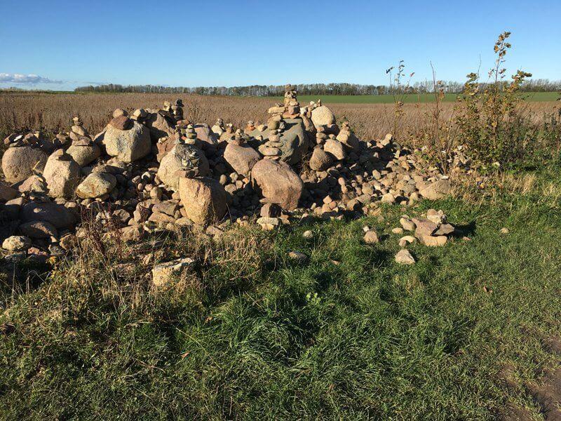 Wanderer auf Rügen hinterlassen auch Steinmännchen am Wegrand nach Kap Arkona