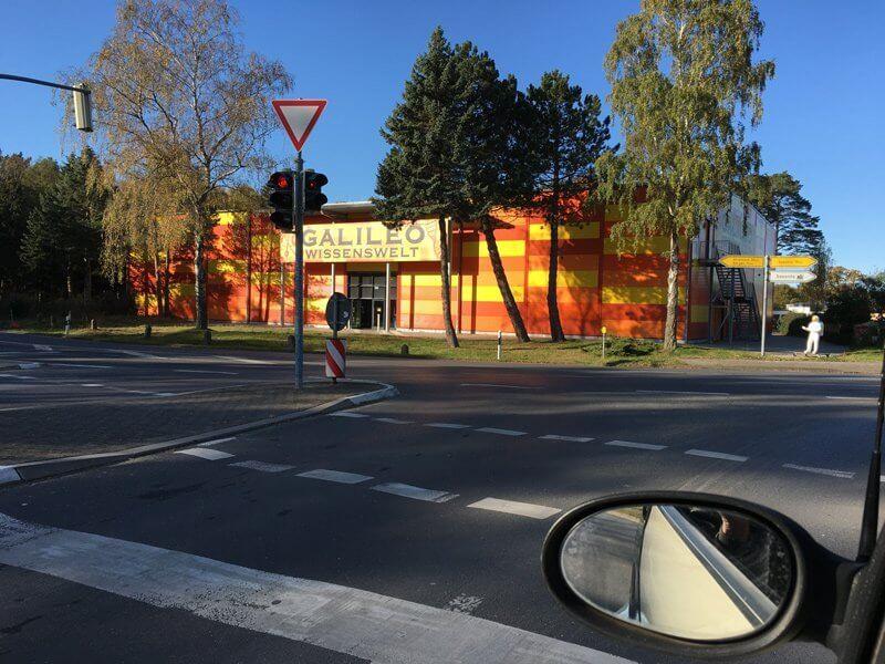 Nicht nur wandern auf Rügen, eine bunte Halle an einer Straßenkreuzung verspricht wissenschaftlich fundierte Unterhaltung