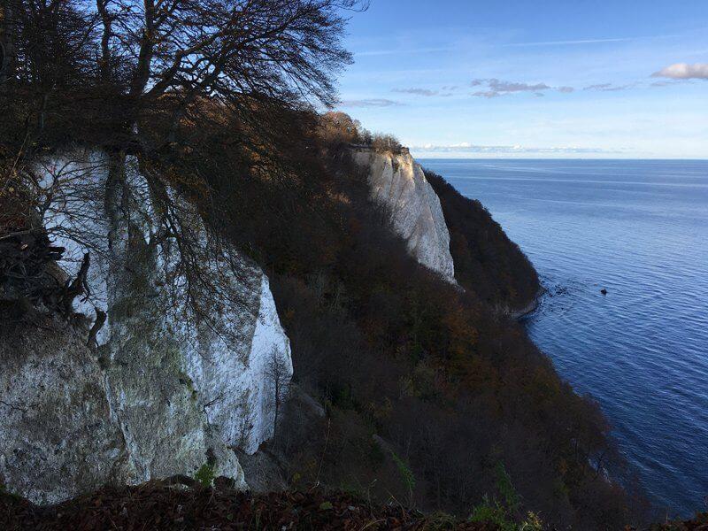 Ziel der Wanderer auf Rügen: der Königsstuhl, ein steil abfallender Kreidefels, der steil nach unten zur Ostsee abfällt.