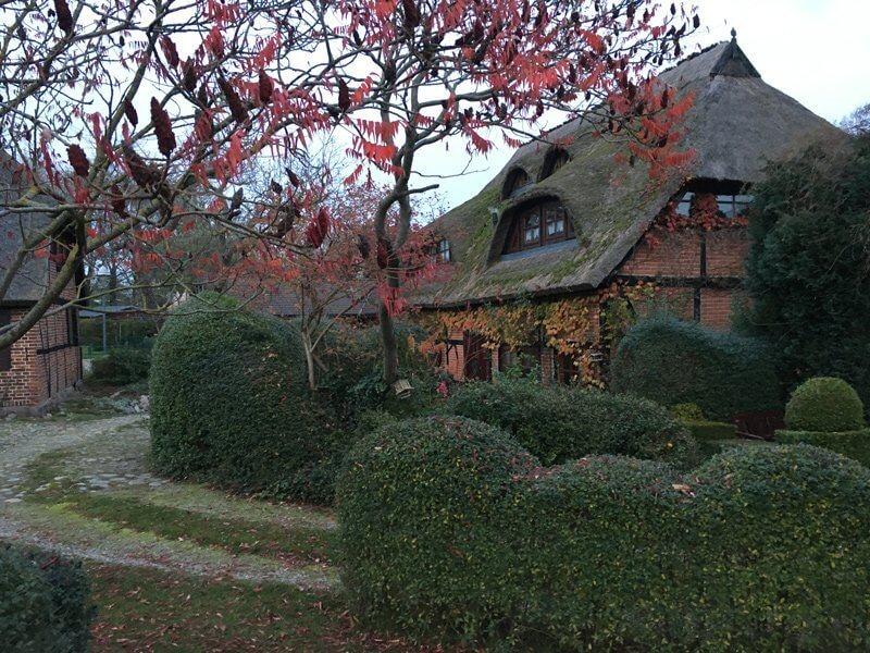 Altes Bauernhaus (ehemalige Scheune). Das Dach ist reetgedeckt und steht unter Denkmalschutz