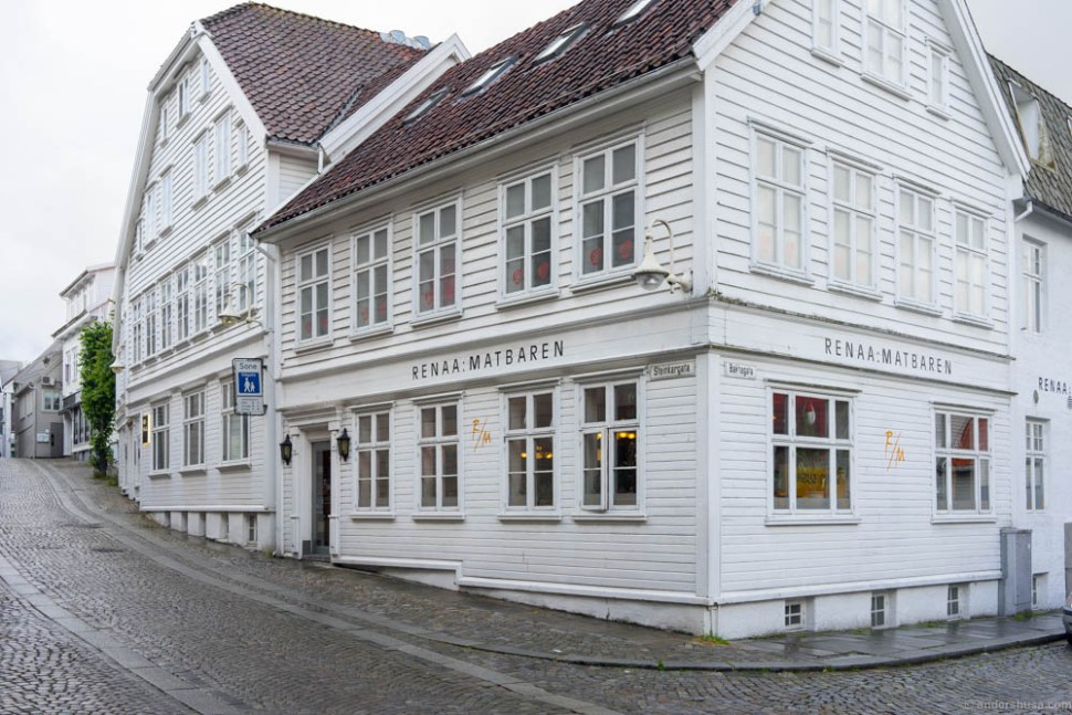 The Renaa restaurant house, with Renaa Matbaren in view. Entrance to Re-Naa further up the street