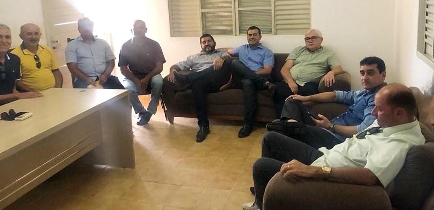 """Buba Germano reúne prefeitos e """"faz sala"""" à espera de João Azevêdo"""