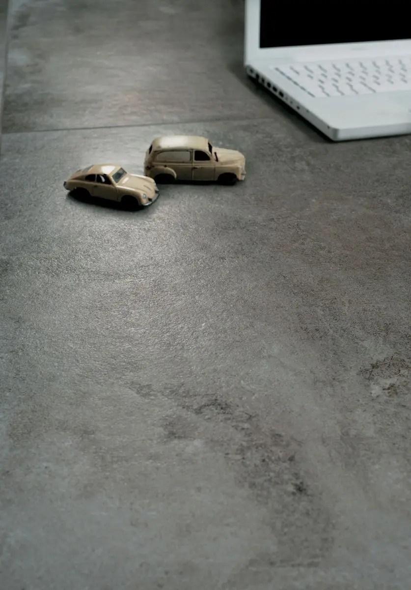 Pavimenti per interni effetto metallo la collezione officine for Design per la casa in metallo