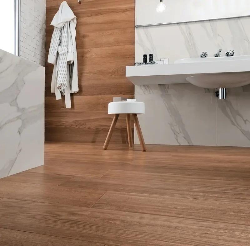 Rivestimenti bagno un mix di legni e marmo che esalta i - Bagno finto legno ...