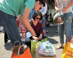 """După o vreme am ajuns și în Cișmigiu, așa cum am promis, pentru a lăsa o plasă cu cărți și hăinuțe pentru copiii mai puțin norocoși. Domnii de la """"Copacul Cu Haine"""" au fost foarte amabili și ne-au ajutat să le sortăm."""