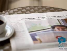 Eine Zeitung und ein Kaffee auf dem Tisch