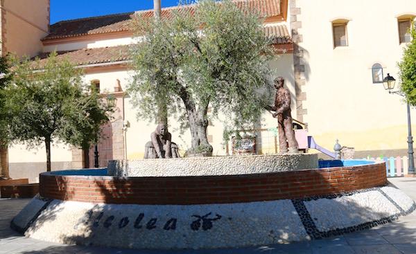 Esculturas al Olivarero y Aceitunera