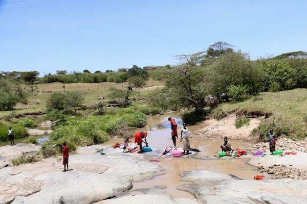 Mujeres lavando ropa Kenya-Andorreando por el Mundo