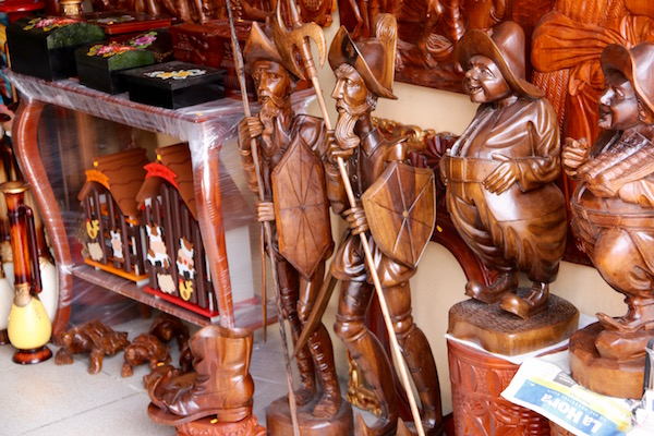 Tallado de madera en San Antonio de Ibarra.