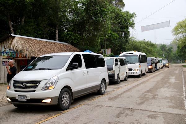 Cola acceso Parque Nacional Tikal.