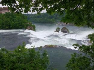 Der Rhein fällt mit Getöse
