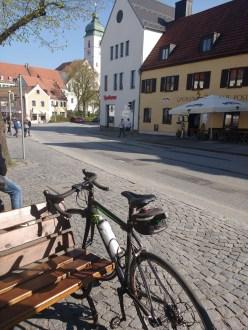Fahrrad auf dem bayrischen Marktplatz von Ebersberg. Sonne scheint.