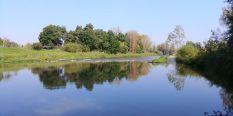 Fluss mit spiegelglatter Oberfläche
