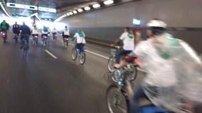 Einige Radfahrer mit weißen T-Shirts mit der Aufschrift des MVG Bikes