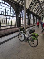 Ein Gravelbike mit Packtaschen an einem leeren Gleis am Dresdner Hauptbahnhof