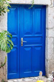 blaue Tür in Becici (Montenegro)