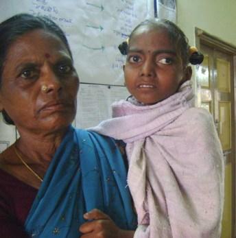 Le regard de cette petite fille nous dit tout le malheur du monde. Orpheline, elle se bat contre la mort.