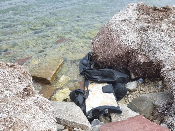 Les restes du bateau en caoutchouc échoué la nuit précédant mon retour.