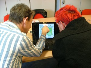Im Gespräch zur geplanten Schießanlage mit Hilfe einer Karte von der Döberitzer Heide.