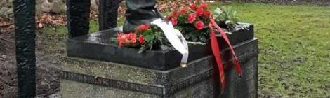 Ehrung am Denkmal Karl Liebknechts in Luckau