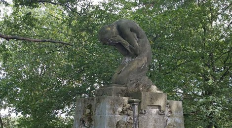 """Skulptur der """"trauernden Frau"""""""