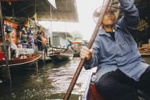 Pengayuh perahu di Damnoen Saduak Floating Market. Kebanyakan pengayuh perahu di sini memang sudah tua dan berambut putih, baik pria maupun wanita