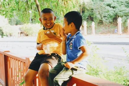 Dua anak yang sedang bersenda gurau di dekat Ao Nang Beach