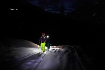 Mattina presto, saliamo ai piani del Montasio alla luce delle frontali - Pic By Leocom