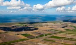 Windkraftanlagen am Meer Wattenmeer Luftbildaufnahme Wolken
