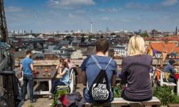 Berlin Klunkerkranich Fernsehturm blick über die Stadt Menschen Streetfotografie