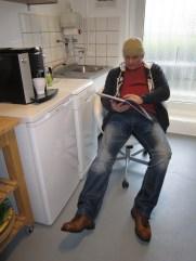 Ich habe mich in die Küche zurück gezogen, um in Ruhe in mein Buch zu blättern.