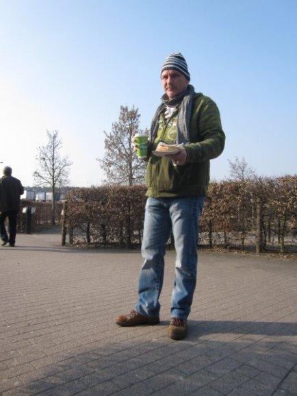 Andreas Mattern auf dem Parkplatz