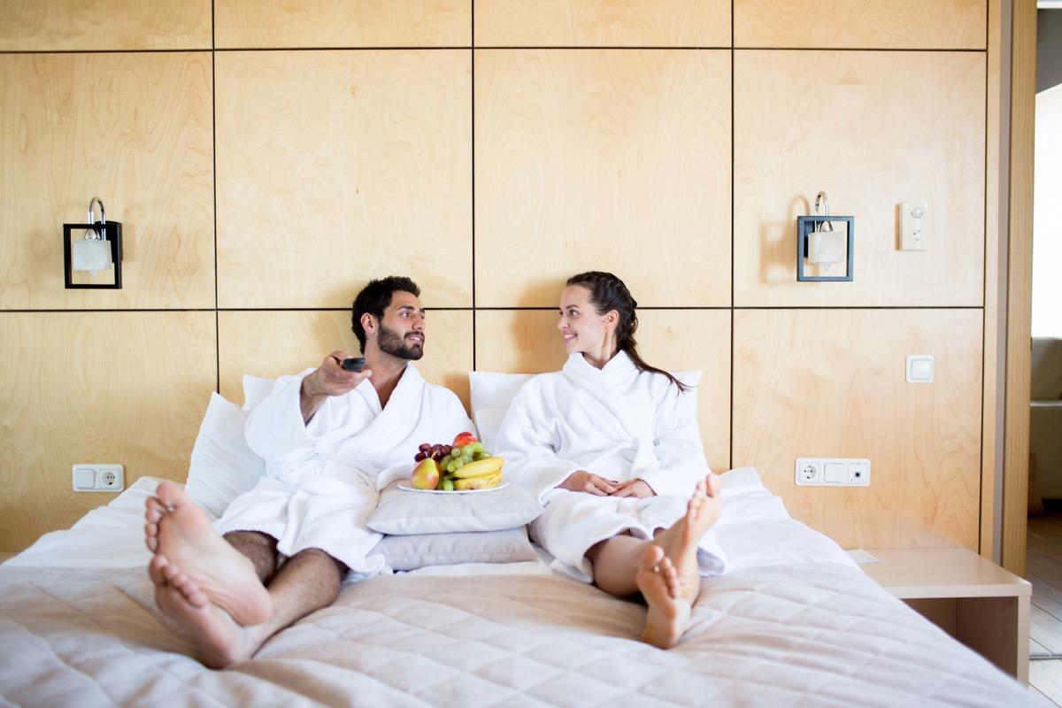 Sex - ein Paar sitzt im Bett und redet
