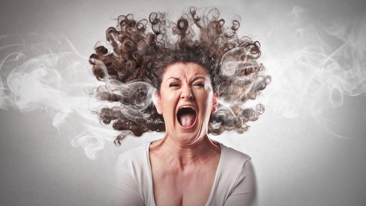Frau schreit sich Ärger aus dem Leib. Andreas Mittlböck Wut Frust