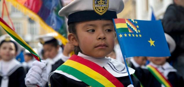 Una niña con vestimenta de marino participa en una manifestación en apoyo a la demanda marítima de Bolivia en La Paz, Bolivia, el jueves 24 de septiembre de 2015. La Corte Internacional de Justicia con sede en La Haya se declaró el jueves competente para tratar la demanda marítima de Bolivia. (AP Photo/Juan Karita)