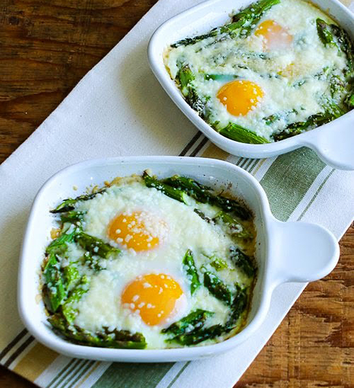 Baked eggs and asparagus recipe