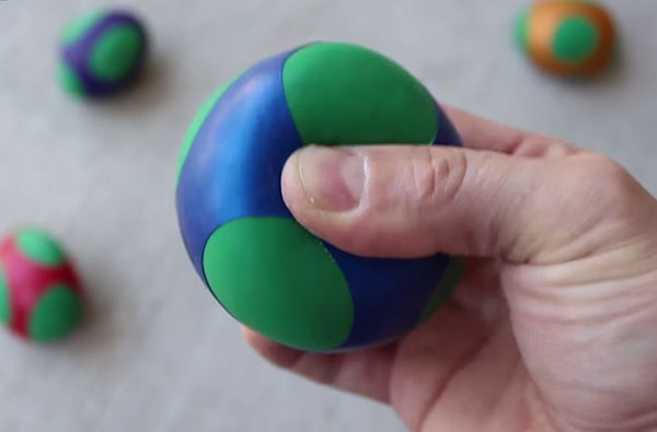 Use flour and balloons to make these awesome ninja squishy balls!